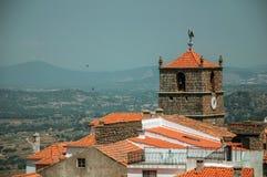 Starzy domy i ko?cielny steeple z zegarem przy Monsanto fotografia stock