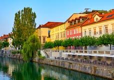 Starzy domy na brzeg rzeki wczesnym poranku ljubljana Slovenia Fotografia Stock