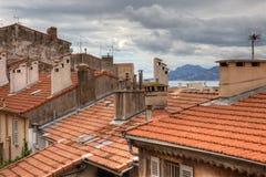 Starzy domy z kafelkowym dachem w Cannes, Fran obraz stock