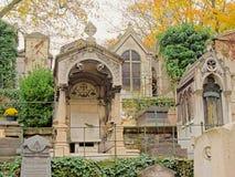 Starzy doniosli zabytki Montmartre cmentarz, Paryż, Francja, niski agle widok Obraz Stock