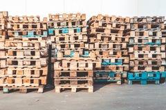 Starzy drewniani barłogi przy zmierzchem zdjęcia stock