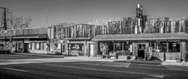 Starzy drewniani budynki w historycznej wiosce Samotna sosna MARZEC 29, 2019 - SAMOTNY SOSNOWY CA, usa - zdjęcie royalty free