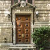 Starzy drewniani drzwi & ściana z cegieł Fotografia Royalty Free