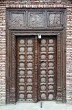 Starzy drewniani drzwi z kędziorkiem zdjęcia stock