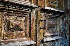 Starzy drewniani drzwi z krakingową farbą fotografia royalty free