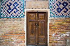 Starzy drewniani dwoiści drzwi z mozaiką na ścianach, Registan squar Fotografia Royalty Free