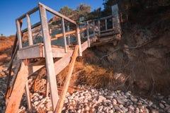 Starzy drewniani schodki iść plaża obrazy royalty free