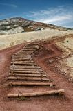 Starzy drewniani schodki w kierunku wierzchołka wzgórze zdjęcia stock