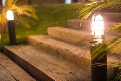 Starzy drewniani schodki w świetle i ogródzie Obrazy Stock