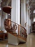 Starzy drewniani schodki z rzeźbionymi szczegółami zdjęcie stock