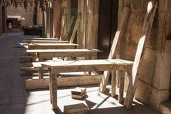 Starzy drewniani stoły przy plenerową kawiarnią Zdjęcia Royalty Free
