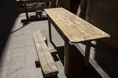 Starzy drewniani stoły przy plenerową kawiarnią Obraz Royalty Free