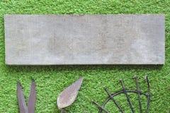 Starzy drewniani talerze na gazonu tle, gazon dekoracji wyposażenie Nożyce ciąć trawy, kielni stal, kielnia kopać obrazy stock