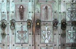 Starzy drzwi Katolicki świątynny zbliżenie Obrazy Stock