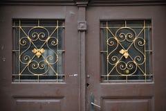 Starzy drzwi, rękojeści, kędziorki, kratownicy i okno, zdjęcie royalty free