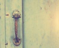 Starzy drzwi, rękojeści, kędziorki, kratownicy i okno, fotografia royalty free