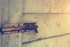 Starzy drzwi, rękojeści, kędziorki, kratownicy i okno, obraz stock