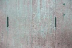 Starzy drzwiowi zawiasy na drewnianym drzwi obrazy royalty free