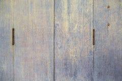 Starzy drzwiowi zawiasy na drewnianym drzwi fotografia royalty free