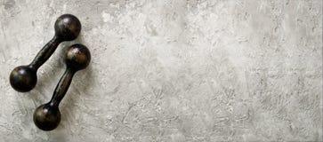 Starzy dumbbells na betonowym tle pojęcie odizolowywający sporta biel Uwalnia przestrzeń dla twój teksta Fotografia Stock