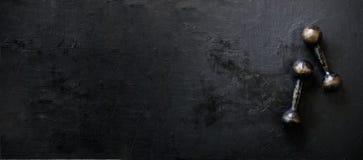 Starzy dumbbells na betonowym tle pojęcie odizolowywający sporta biel Uwalnia przestrzeń dla twój teksta Obrazy Stock