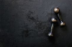 Starzy dumbbells na betonowym tle pojęcie odizolowywający sporta biel Uwalnia przestrzeń dla twój teksta Obraz Stock