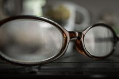 Starzy eyeglasses na stole zdjęcie royalty free