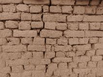 Starzy gliniani brickworks w Sepiowym colour Ścienne gliniane cegły i pęknięcia stosowni dla nieociosanego retro stylowego tła zdjęcia stock