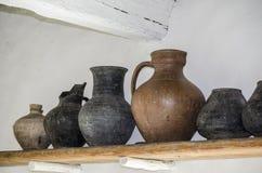 Starzy gliniani garnki na półce Zdjęcie Stock