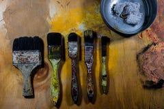 Starzy grungy farb muśnięcia na drewnianej podłoga Obraz Stock