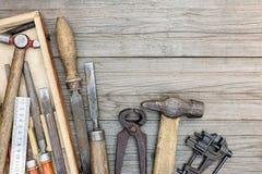 Starzy grungy ręk narzędzia wliczając kahatów, młota i innego instrum, Zdjęcia Royalty Free