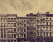 Starzy historyczni budynki w SoHo sąsiedztwie Miasto Nowy Jork z zatartym sepiowym koloru skutkiem fotografia stock