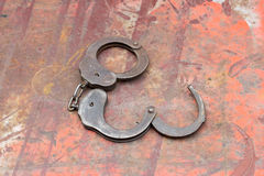 Starzy kajdanki na stole stary rusty metali Zdjęcie Stock