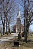 Starzy Kamienni kościół i iglicy religii drzew grób Fotografia Royalty Free