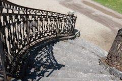 Starzy kamienni schodki kasztel z dokonanego żelaza barierą zdjęcie stock