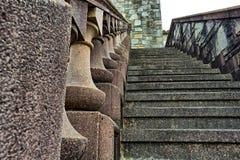 Starzy, kamienni schodki na stronie budynek, obraz royalty free