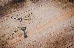 Starzy klucze dołączający z etykietką zdjęcia stock