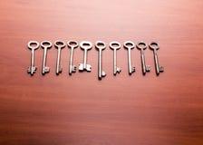 Starzy klucze na stole Fotografia Royalty Free