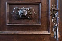 Starzy klucze w Keyhole Obrazy Royalty Free