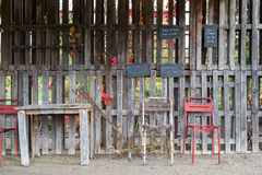 Starzy krzesła i stołowy plenerowy Zdjęcia Royalty Free