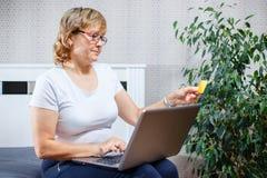 Starzy ludzie i nowożytny technologii pojęcie Portret 50s dorośleć kobiety rękę trzyma kredytową kartę, używać online internet za Obraz Stock