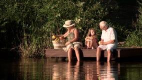 Starzy ludzie i wnuk z pyknicznym koszem zbiory