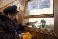 Starzy ludzie próbują dostawać bezpłatnego lekarstwo przy apteką a zdjęcie royalty free