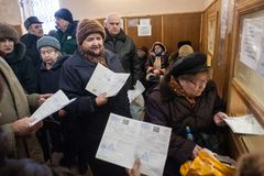 Starzy ludzie próbują dostawać bezpłatnego lekarstwo przy apteką a obrazy royalty free