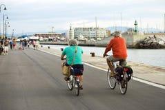 Starzy mężczyzna jedzie bicykle wzdłuż deptaka Rimini, Włochy Obraz Stock