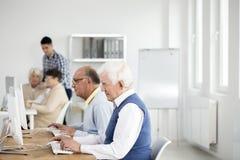 Starzy mężczyzna używa komputery zdjęcia stock