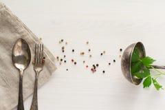 Starzy metali naczynia na białym tle fotografia stock