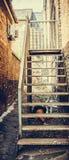 Starzy metali schodki w bocznej ulicie Zdjęcia Royalty Free