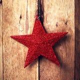 Starzy mod boże narodzenia ornamentują obwieszenie na drewnianym tle. Ru Zdjęcia Stock