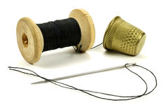 Starzy mosiężni naparstki, zwitka z niciami i igła dla szyć na białym tle, Obraz Stock